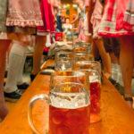 7 Gründe, warum du im Oktoberfestzelt auf der Bierbank stehen solltest!
